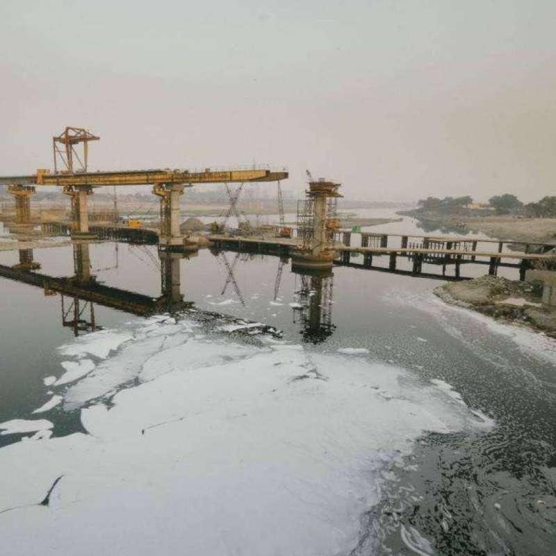 亞穆納河附近的工廠會把化學廢料倒入河中,導致河面上浮著一層有毒泡沫。(圖/言人文化提供)