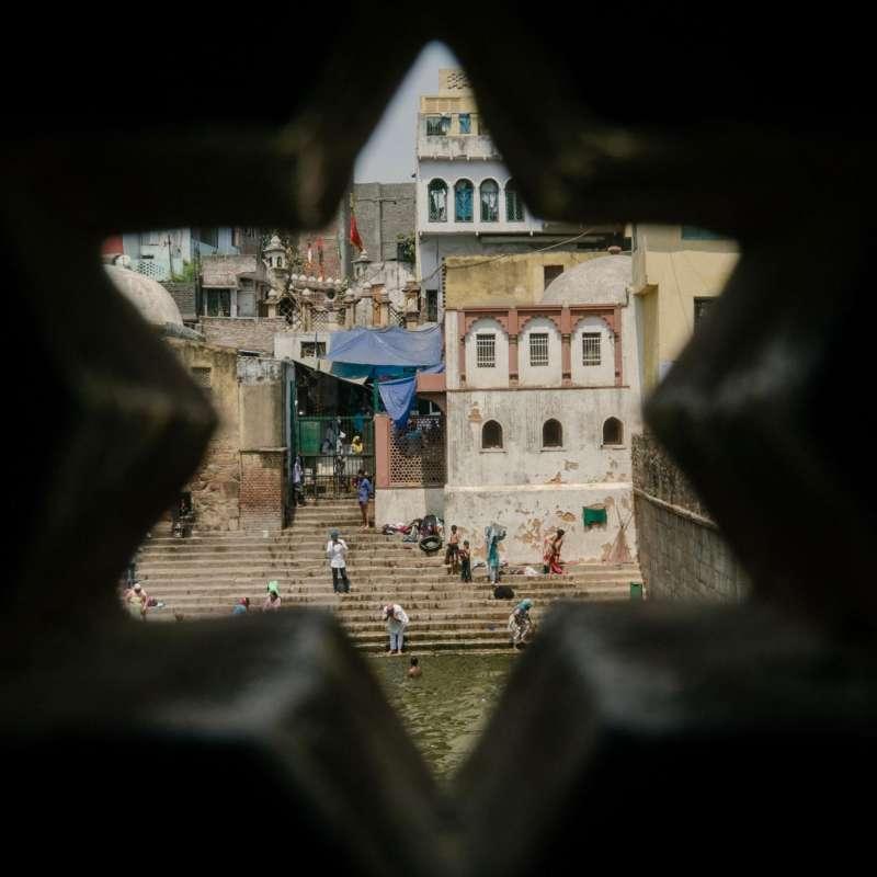 德里的居民在蘇菲教聖人尼桑木丁的神廟台階上洗澡、飲水。這些台階曾經是人們取用新鮮水的地方,但如今和城市的其他水源地一樣,都被污染了。(圖/言人文化提供)