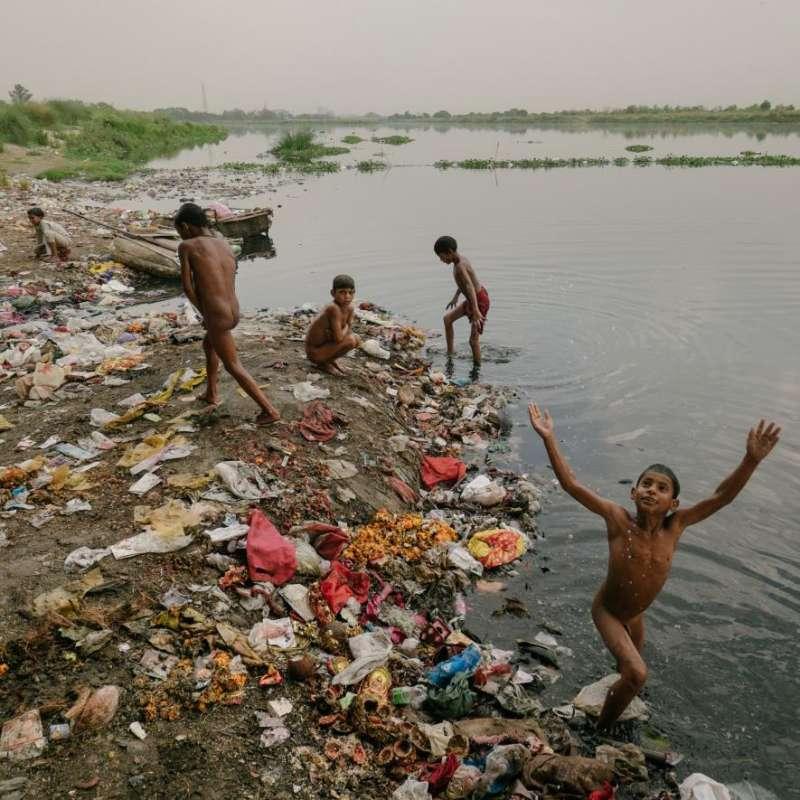 小拾荒者通常都是孤兒,他們的生活、工作、玩耍都在被污染的亞穆納河附近。(圖/言人文化提供)