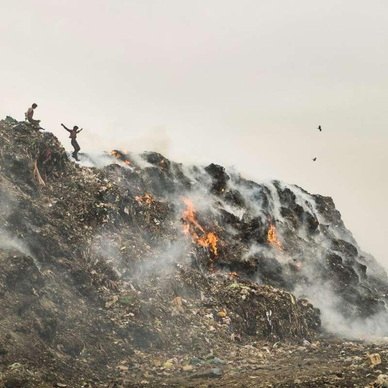 德里的主要污染源頭來自垃圾焚燒,譬如上圖的巴爾斯瓦垃圾場。(圖/言人文化提供)