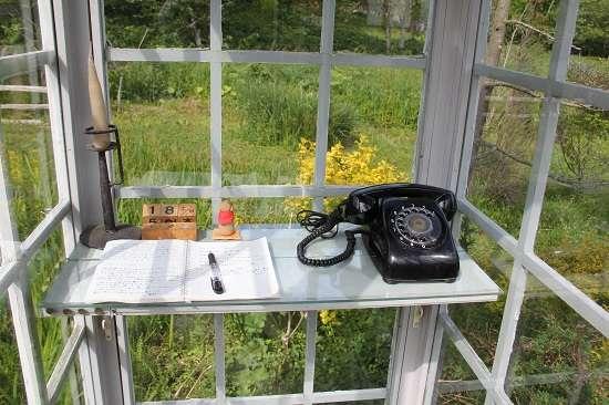 風中電話。拿起這支沒有電話線的黑色轉盤式電話,可以上通天國與亡者通話,讓生者與亡者共墜心心相繫的夢鄉。(mikinee@wikipedia)
