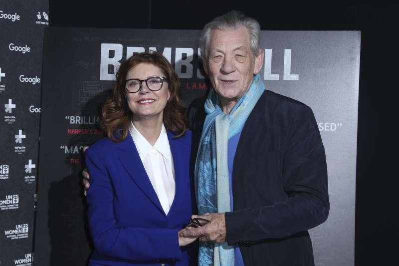 影星蘇珊莎蘭登(Susan Sarandon)(左)與伊恩麥克連(Ian McKellen)(右)於8日出席《炸彈美人:海蒂拉瑪的故事》的首映典禮。(AP)