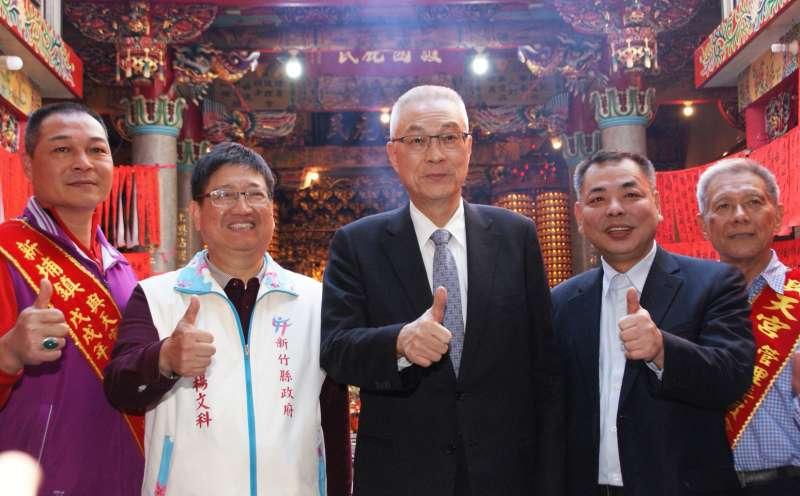 中國國民黨主席吳敦義10日下午前往新埔鎮與天宮參拜,並呼籲民眾支持國民黨重返執政。(圖/方詠騰攝)