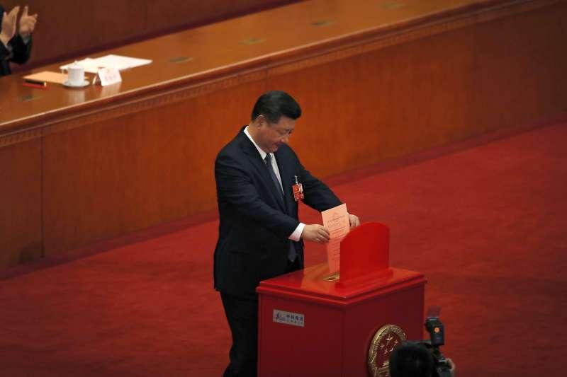 2018年3月11日,中國第十三屆全國人大一次會議表決通過包括取消國家主席任期在內的修憲案,習近平投下自己的一票(AP)