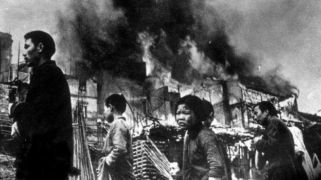 二戰日本侵華期間,日軍燒殺搶掠,給中國人民造成深重的人道災難和歷史情感傷痕。圖為1937年元旦被日軍轟炸後的重慶街頭難民。(BBC中文網)
