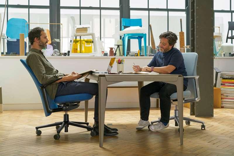 設計師Edward Barber和Jay Osgerby坐著的都是Pacific Chair。(圖/Pacific Chair,愛范兒提供)