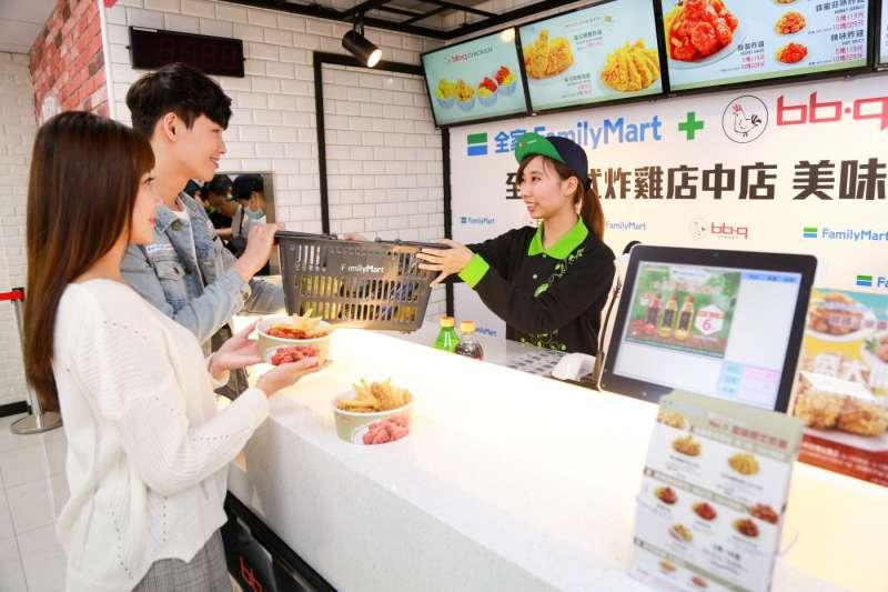 全家在門市內開設了韓式炸雞店bb.q CHICKEN店中店。(圖/賀大新攝,數位時代提供)