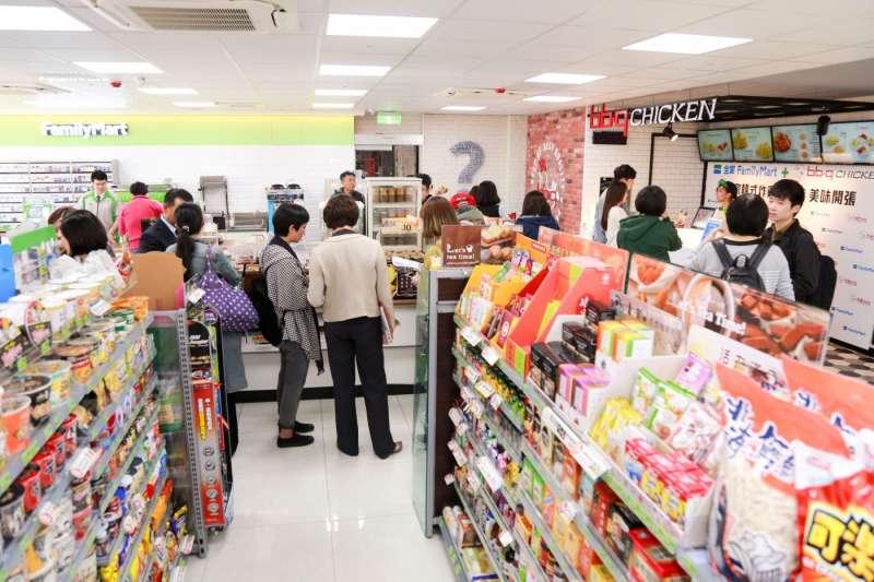 店內設有全家和bb.q CHICKEN個別的獨立櫃台和獨立工作人員,但兩個櫃台系統相通,都可以進行點餐和結帳。(圖/賀大新攝,數位時代提供)