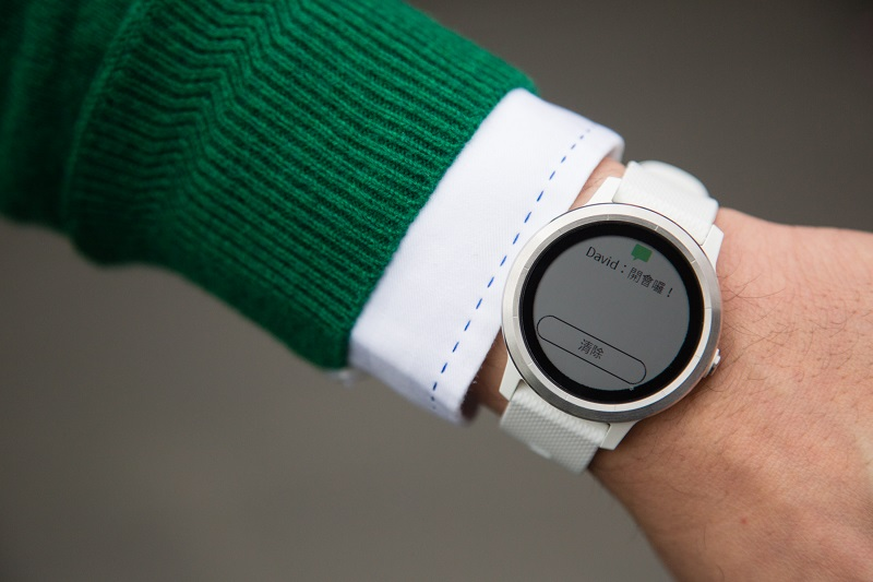 Garmin 的「Smart Notification」(智慧型通知)的功能,只要完成手錶與手機配對,就能在手錶上接收、回覆簡訊、檢視社群狀態更新、電子郵件及更多不同訊息提示。(圖/Garmin)