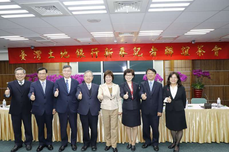 土地銀行董事長凌忠嫄(右四)率領經營團隊於新春記者聯誼茶會合影。(土銀提供)
