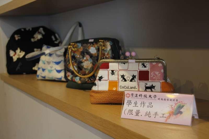 育達小棧展售學生手做包包與配件。(圖/育達科大提供)