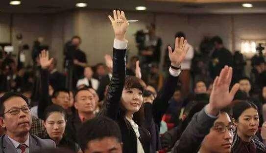 20180314-圖為中國記者拼命舉手搶提問權。(取自網路)