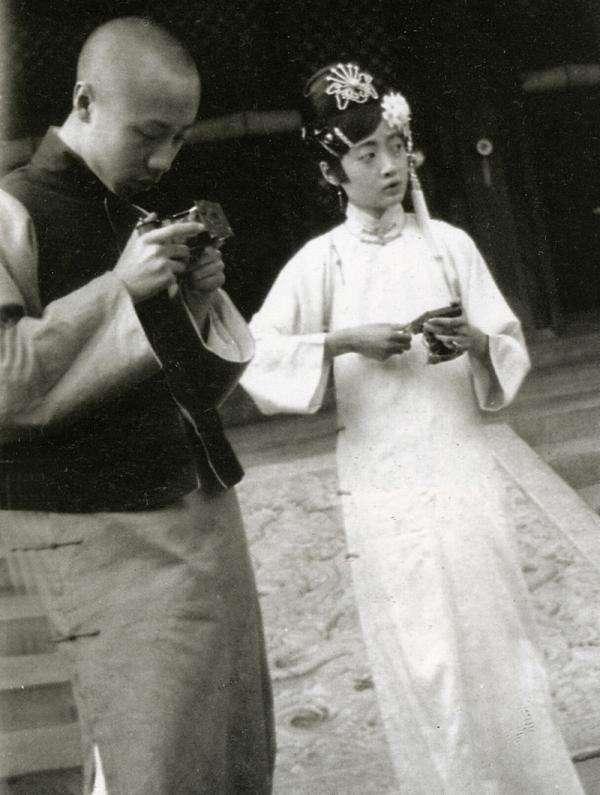 溥儀拿照相機和婉容在一起。(圖/澎湃新聞提供)