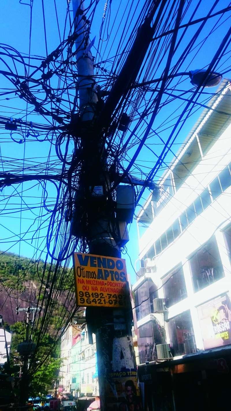 20180315-「水電、電纜和網路都是偷接的,看見哪戶人家有人來接電或網路,大家就開始偷接。」(商周出版提供)