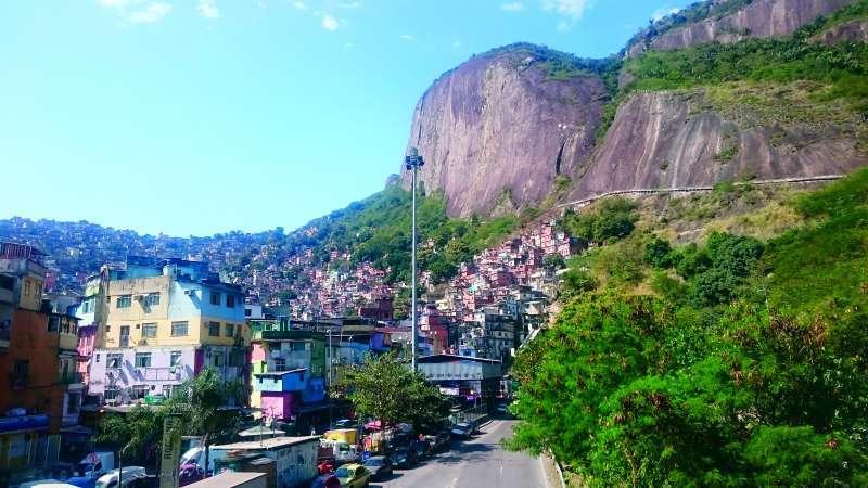 20180315-「里約的貧民窟大多蓋在山上或山腰,放眼望去,漫山遍野的低矮房屋野蠻生長著,紅紅綠綠,像極了野花,這樣形容是有點巴西式風格⋯⋯」(商周出版提供)