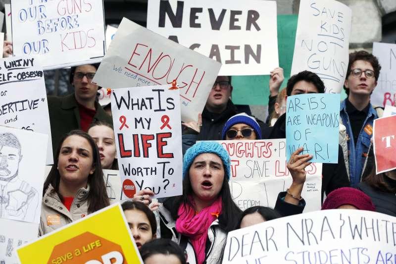 全美高中生響應罷課活動,表達對槍枝暴力問題「夠了!」的心聲。(AP)