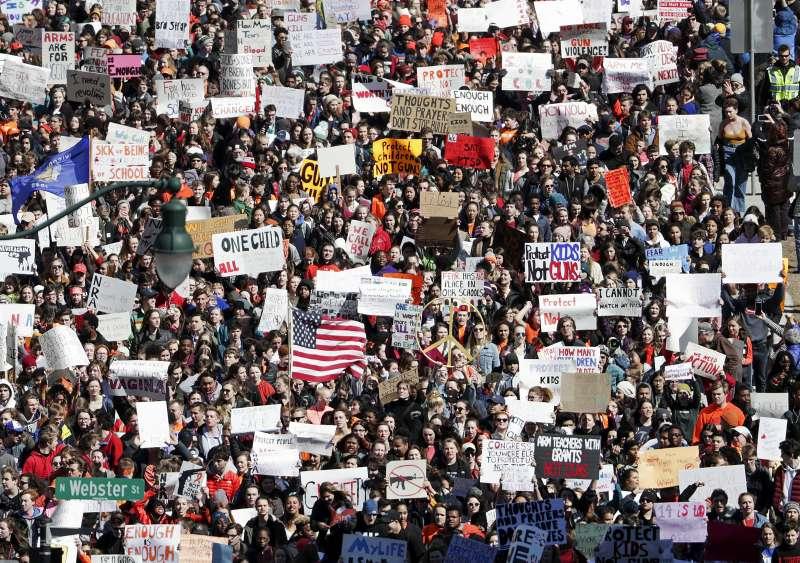 帕克蘭槍擊案引爆全美青少年對槍枝議題的關注,響應走出教室罷課活動,抗議槍枝暴力。(AP)