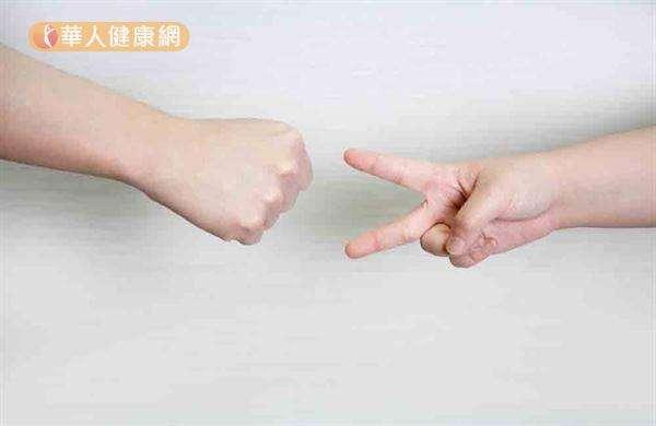 首先決定要讓左手或右手獲勝,然後就要一直讓那隻手得勝,藉以促進大腦靈活運轉。(圖/華人健康網提供)