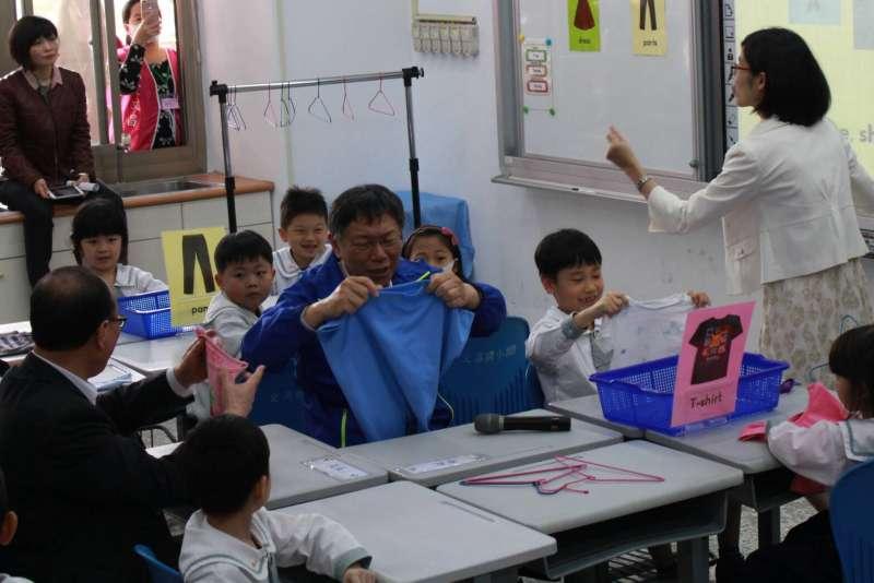 柯文哲與小朋友一起透過操作、體驗以及情境遊戲學習英語。(方炳超攝)