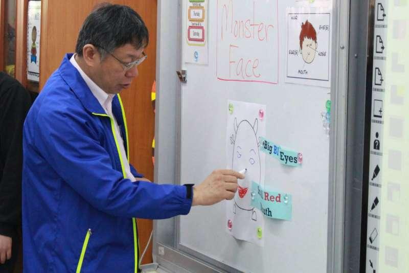 柯文哲與小朋友一起透過繪畫怪獸五官學習英語。(方炳超攝)
