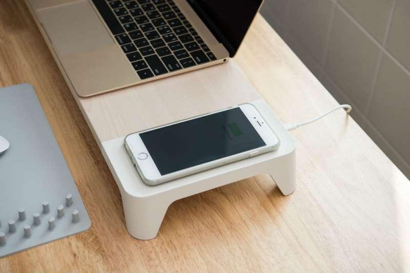 螢幕架右側的充電區域,使用Qi無線充電技術,讓使用者隨放隨充。(圖/玩轉科技提供)