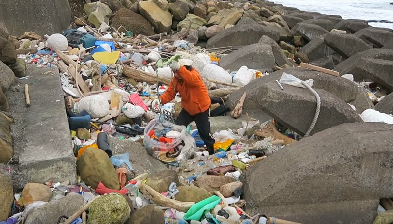 沒有舉辦大型淨灘的時候,陳大哥同樣戴上手套和袋子就出門撿垃圾。(圖/陳信助提供)