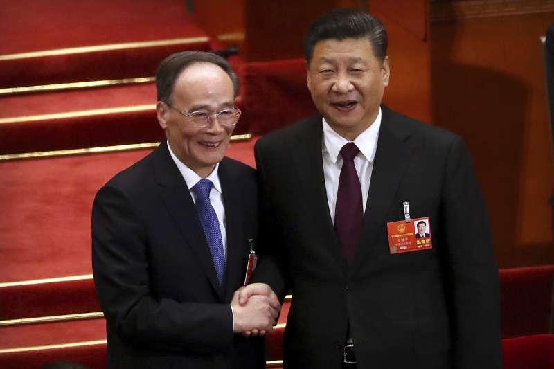 中國第十三屆全國人大一次會議在北京人民大會堂舉行第五次全體會議,習近平、王岐山分別當選國家主席、副主席(美聯社)