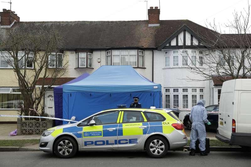 流亡英國的俄羅斯商人格盧什科夫12日被發現陳屍在倫敦寓所,警方封鎖現場(美聯社)