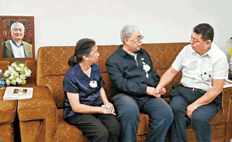 習近平弟弟習遠平(右)慰問陳小魯的哥哥陳昊蘇(中)及遺孀粟惠寧。