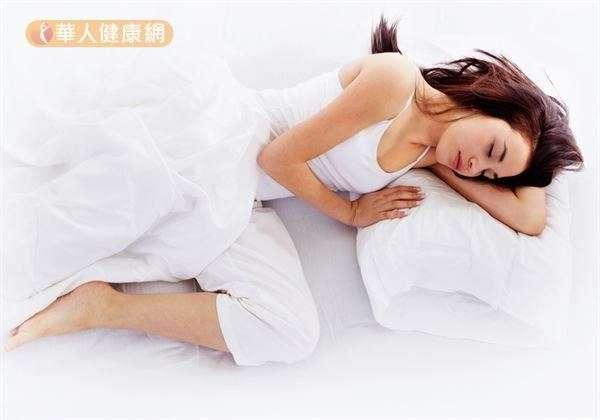 經發現,維持規律的生理節奏,有助於降低睡眠障礙的風險。(圖/華人健康網)