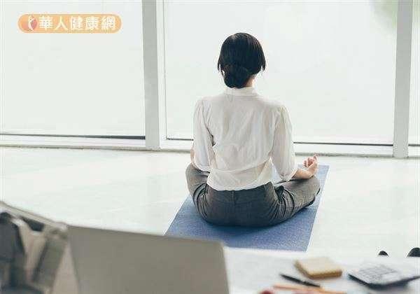 學習放鬆以及營造舒適睡眠環境,是提升睡眠品質的重要關鍵。(圖/華人健康網)
