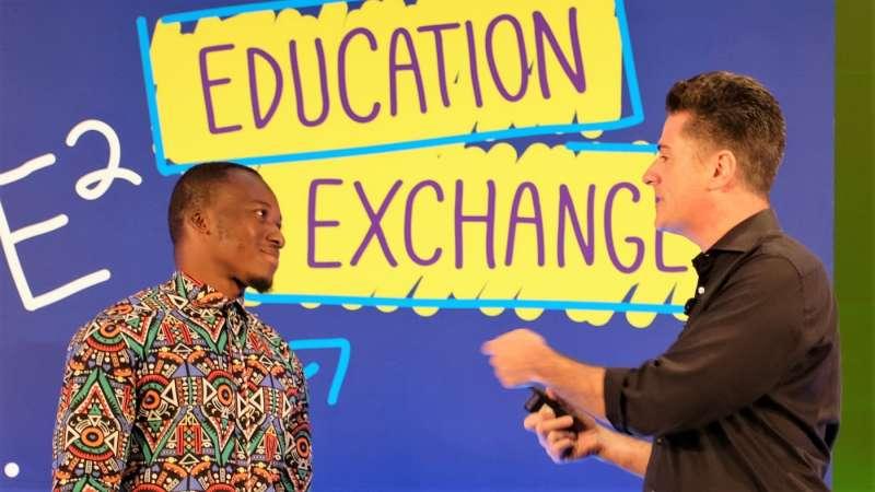 微軟非洲分部邀請阿科圖(圖左)到新加坡參加微軟世界教育會議,他的學生也因此得到微軟捐贈的軟硬體設備。(圖/Microsoft,數位時代提供)
