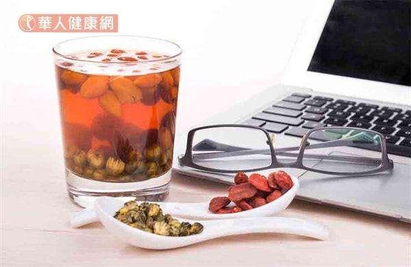 「枸杞菊花茶」的材料有枸杞20公克、菊花6公克、紅棗3枚。(圖/華人健康網)