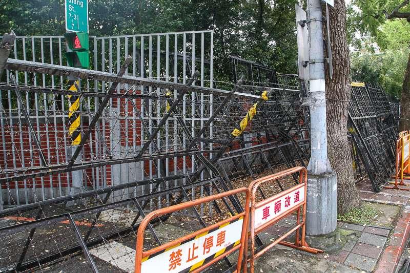 0180320-立法院,因應年改陳抗,警方大肆架設拒馬,立法院周遭。(陳明仁攝)
