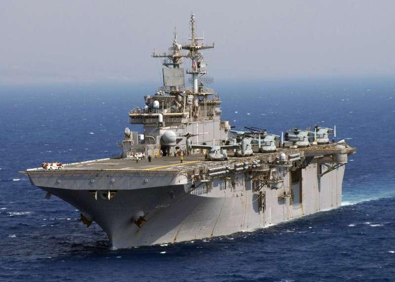 美軍兩棲攻擊艦「黃蜂號」(USS Wasp)和魚鷹旋翼機(Wikipedia / Public Domain)