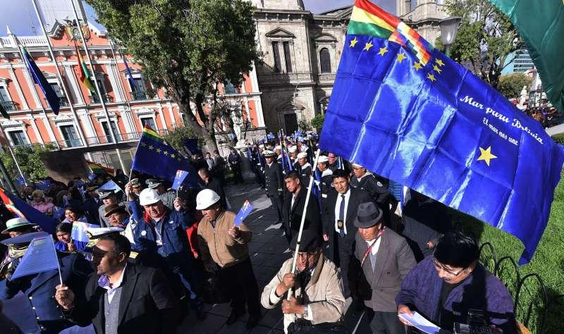 玻利維亞人在海牙國際法庭外示威。(美聯社)