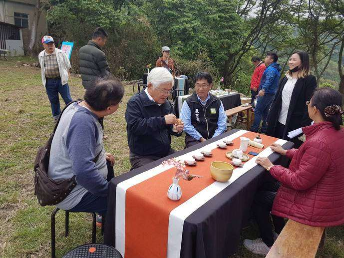 今年惜山祭也安排老師講述關於茶的故事,由社區阿公阿嬤們親自為大家奉茶,在大自然的茶席中品茗,讓人感受大自然的慷慨、省思與土地的關係。(圖/雲林縣政府提供)
