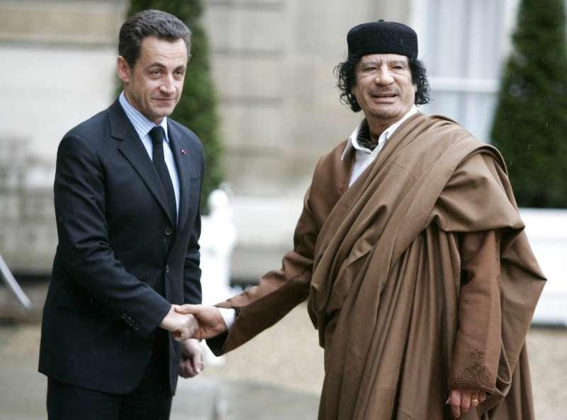 法國前總統薩科齊疑似收受前利比亞獨裁者格達費的政治獻金,20日遭檢調約談。圖為2007年12月10日,薩科齊(左)與格達費(右)在法國握手。(AP)