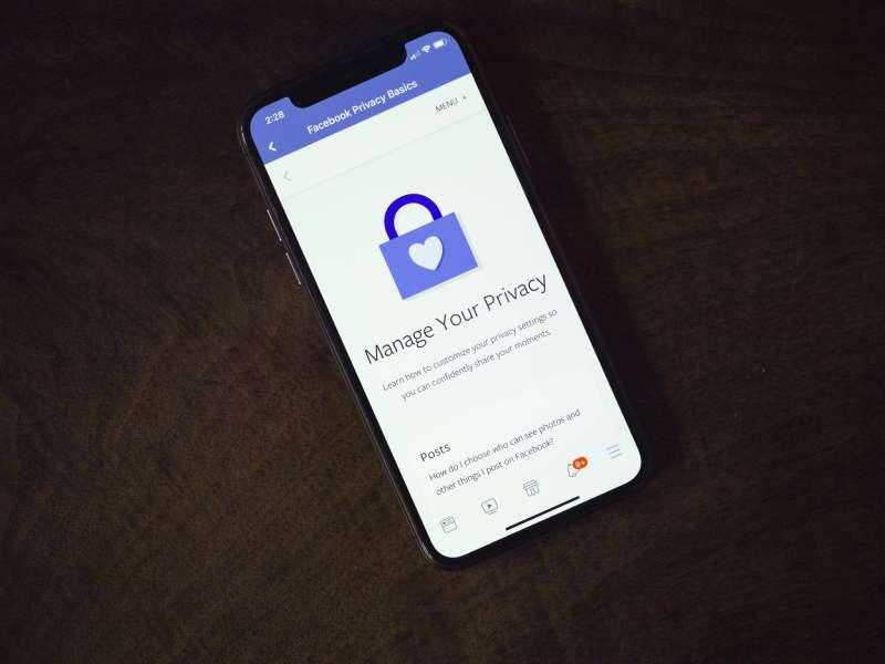 在高度仰賴社群媒體的當代,個人隱私越來越難以保障。(Thought Catalog@Flickr/CC BY 2.0)