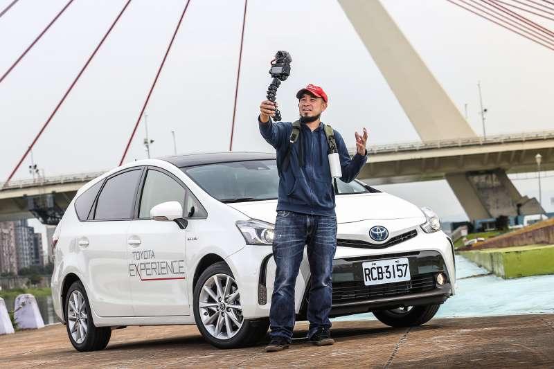 Toyota Prius α不斷思索如何為環保盡力、同時保持車輛的高效動能。領先的環保動力科技,深受知名Youtuber台客劇場林冠廷認同。(圖/Toyota)