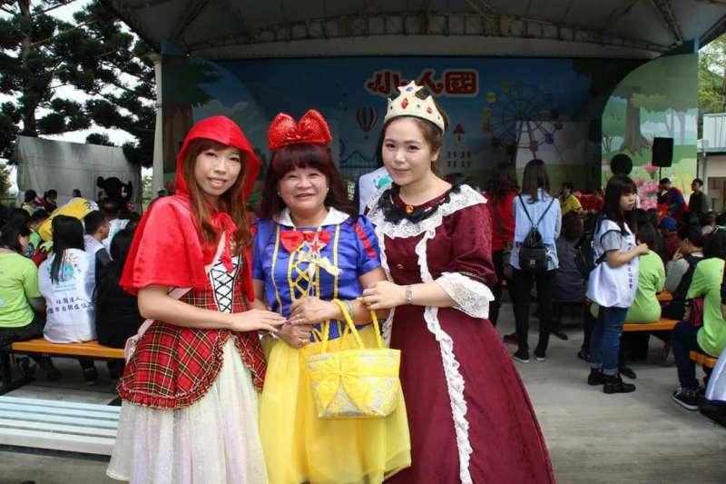謝慧謹帶著孩子們出遊時,最喜歡穿上白雪公主裝。不只自己要打扮,其他工作人員也得花心思變裝!(圖/謝慧謹提供)