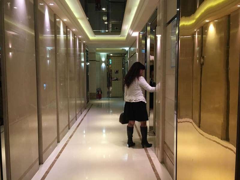 謝慧謹在酒店裡的打扮,與平時夢幻風格差異極大。(圖/鐘敏瑜攝)