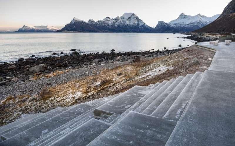 擴建後的觀海平台連接下方岩石海灘。(圖/取自nasjonaleturistveger ,瘋設計提供)