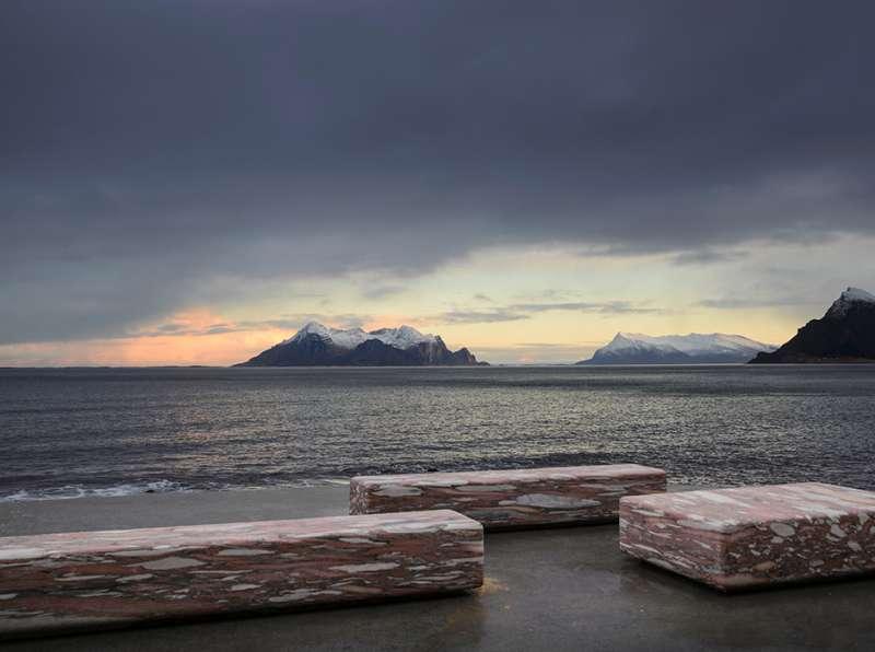 椅凳選自「弗於斯克」(Fauske)的大理石,灰紅石色與混凝土平台一氣呵成。(圖/取自nyttrom,瘋設計提供)