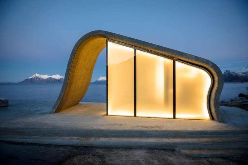 混凝土建築量體搭配玻璃帷幕牆,透著煦煦燈光顯得溫暖。(圖/取自nasjonaleturistveger ,瘋設計提供)