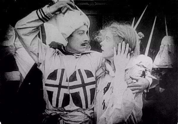 Henry Walthall與Lillian Gish分別飾演來自南北兩個家族的一對戀人。(圖/言人文化提供)