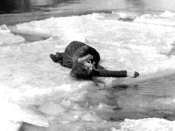拍攝電影《走向東方》時,Lillian Gish躺在流動的浮冰上。(圖/言人文化提供)