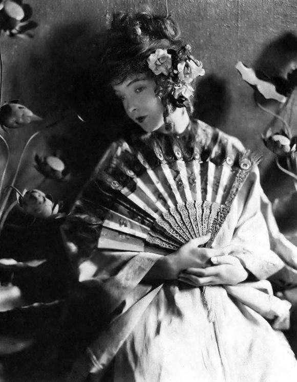 東方打扮的Lillian Gish,有沒有幾分黛玉的韻味?(圖/言人文化提供)
