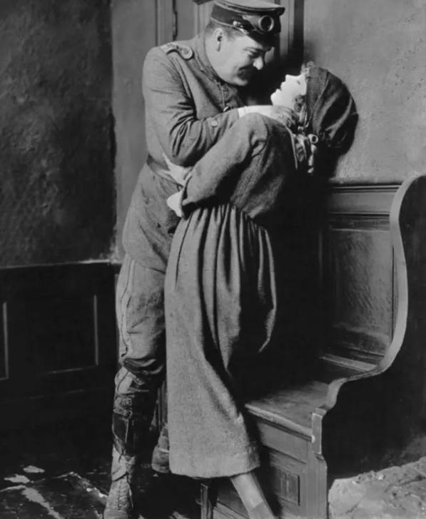 Lillian Gish早期在螢幕上多飾演悲劇角色。(圖/言人文化提供)