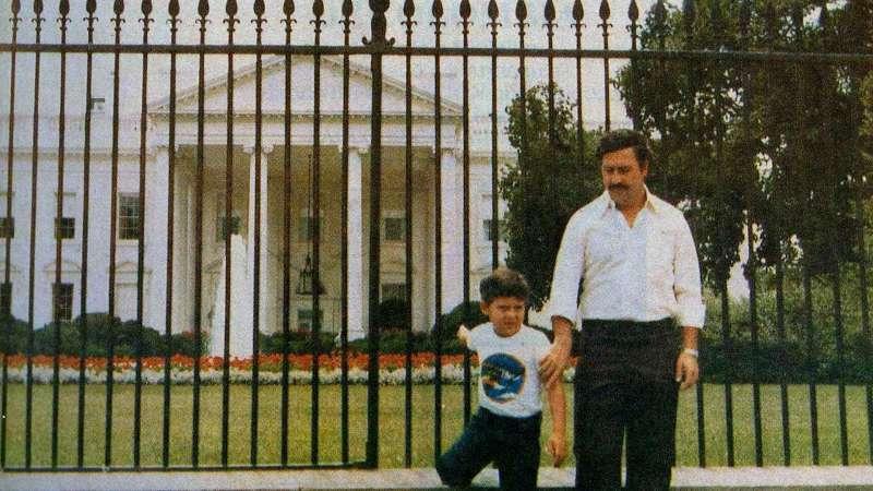 80年代初期、毒王巴勃羅・埃斯科瓦爾與兒子在白宮前合影。(圖/言人文化提供)
